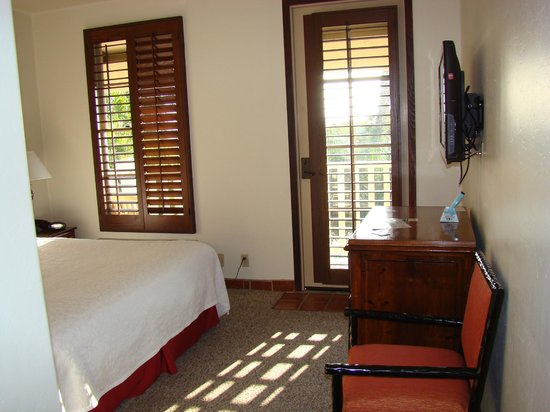 Best Western Plus Hacienda Hotel Old Town : Bed area looking towards balcony door