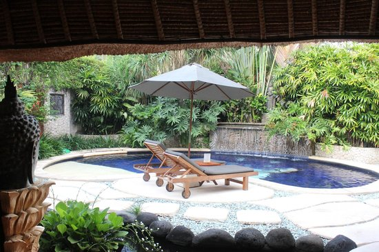 Impiana Private Villas Seminyak: Looking back from the dininng are to the pool