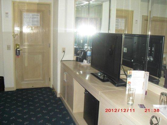 HS HOTSSON Hotel Leon: Jr. suite extra room tv