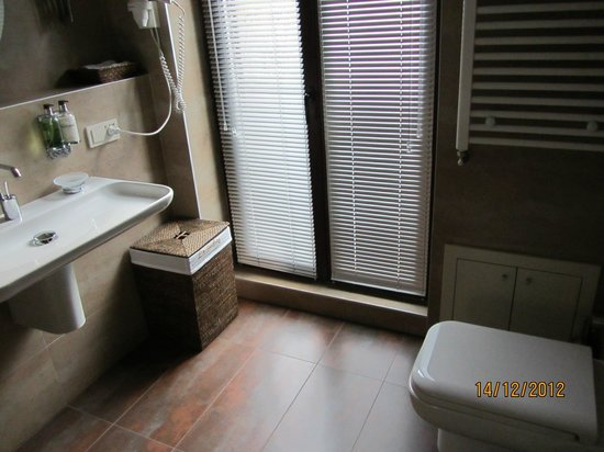 Galateia Residence: Master Bathroom (with terrace outside)