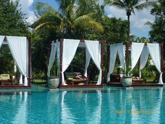 The Sarojin: Beautiful pool!