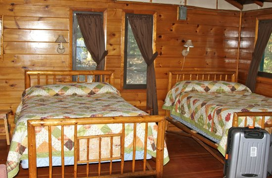 ‪‪Hungry Jack Lodge & Campground‬: Two queen beds in the Wolf cabin