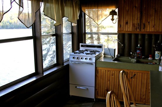 ‪‪Hungry Jack Lodge & Campground‬: Kitchen in Wolf cabin