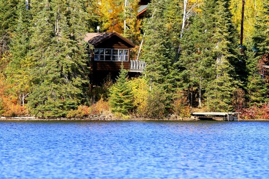 Hungry Jack Lodge & Campground: Another view of the Wolf cabin from the lake