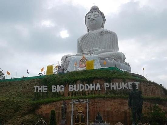 Patung Besar Budha Phuket: big Buddha The Big Buddha is the biggest, new attraction in Phuket. This 40-metre-tall statue af
