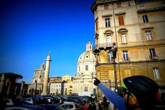 Roma Bike Tour: Marco explains the column