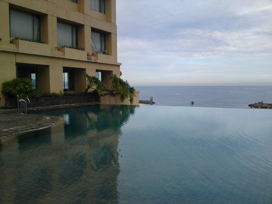 Aryaduta Manado : Pool