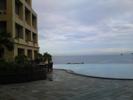 Aryaduta Manado : Swimming pool