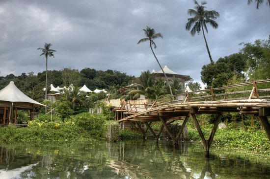 Soneva Kiri: the bamboo bridge from the boat jetty to the Family Room
