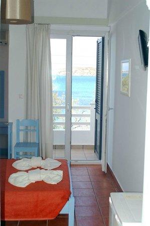 Hotel Paros: Front room