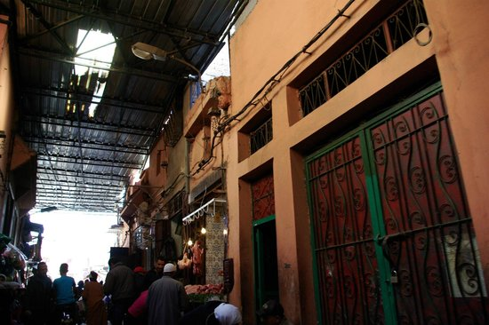 Riad Dar Massai: There is 2 minute walk through some busy back streets