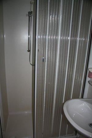 Kabelsketal, Jerman: Badkamer was een redelijk grote kunstoffen badkamer in de kamer gebouwd keurig schoon elke dag
