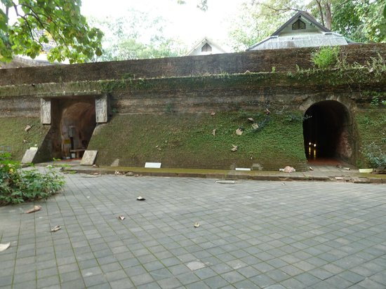 Wat Umong: Tunnels entrance
