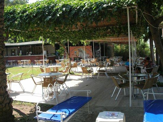 Incekum Su Hotel: Sitzgruppen an der Beachbar