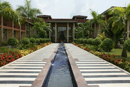 Le Meridien Ibom Hotel & Golf Resort : walk way fountain