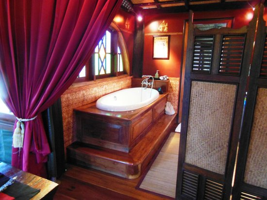 Shangri Lao: The huge bath in Tent No 1