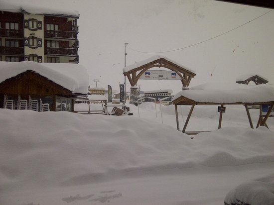 Résidence Club Odalys Le Rond Point des Pistes: The bottom of the slopes / bus stop