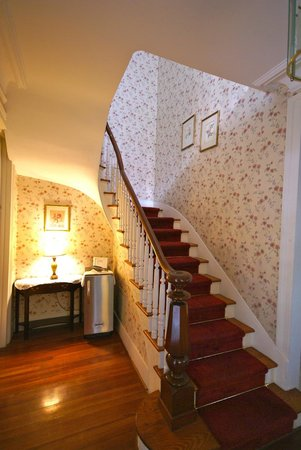 Cannonboro Inn: Front Stairs