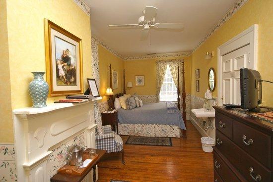 Cannonboro Inn: Queen Room #5
