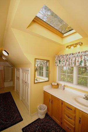 Cannonboro Inn: Suite Bath
