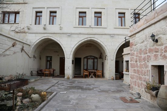 Safran Cave Hotel: avlu