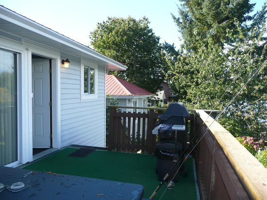 Riverfront Motel: Porch with view of the Campbell River and BBQ