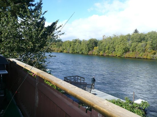 Riverfront Motel: Fishing the Campbell River from the dock