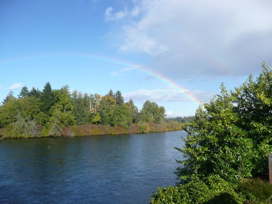 Riverfront Motel: Rainbow over the Campbell River