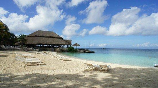 Presidente Inter-Continental Cozumel Resort & Spa: Centre beach with Caribuenyo restaurant
