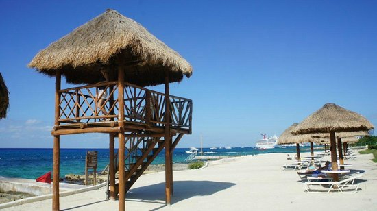 Presidente Inter-Continental Cozumel Resort & Spa: North beach with view of cruise liner(s)