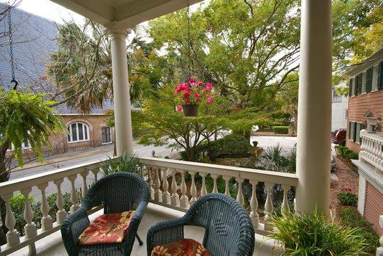 Ashley Inn: Piazza & Back Garden