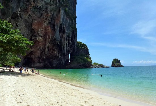 PhraNang Cave Beach: The beach and the cliff