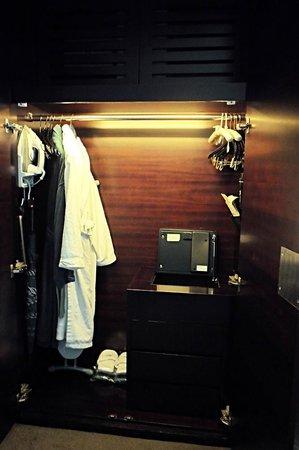 هوتل بانوراما باي رومبوز: the closet has an iron and bathrobes 