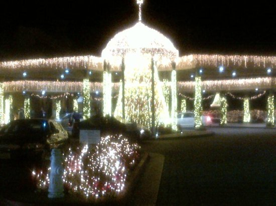 Balboa Bay Resort: Entry at motor court at Christmas