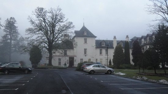 Dunkeld House Hotel: Driveway approaching Hotel and car park