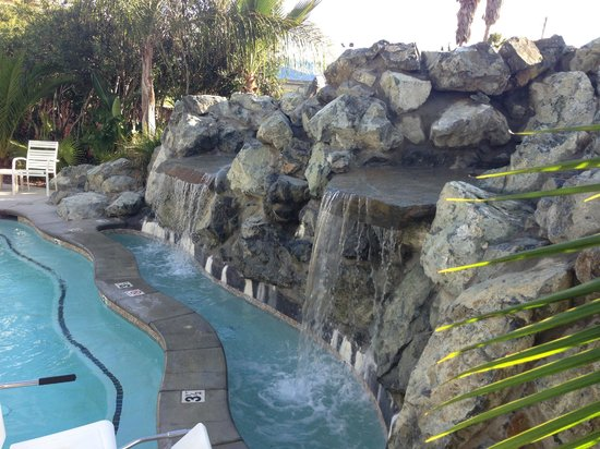 Rose Garden Inn : Our beautiful hot tub complete with two waterfalls and a volcano!