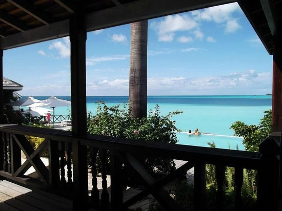 Cocobay Resort: Main bar view