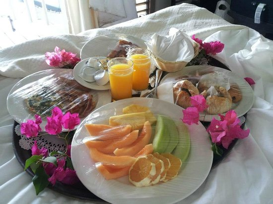 Cocobay Resort: Wedding Breakfast in Bed!