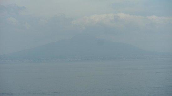 Antiche Mura Hotel: View of Mount Vesuvius (bit overcast)