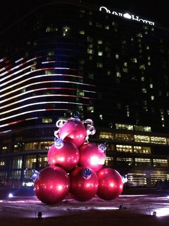 Omni Dallas Hotel: outside the Omni at Christmas