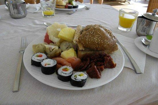 Atrium Prestige Thalasso Spa Resort and Villas: Colazione: maki, frutta fresca, pomodori secchi, ananas, dolci.