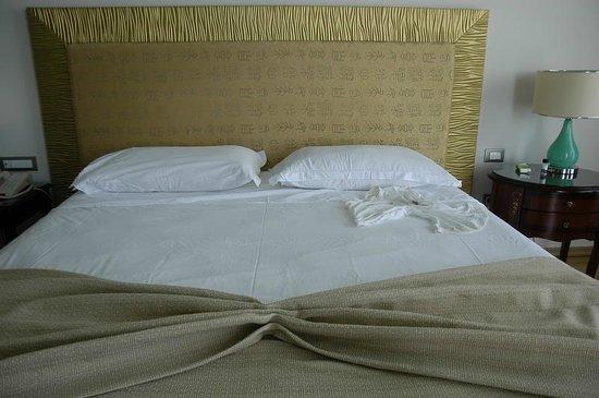 Atrium Prestige Thalasso Spa Resort and Villas: Il letto rifatto.