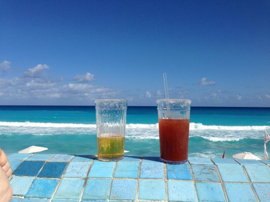 Sun Palace: Our drinks resting on the edge of infinity pool