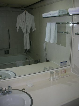 Gyeongju Kolon Hotel: bathroom & bathrobe