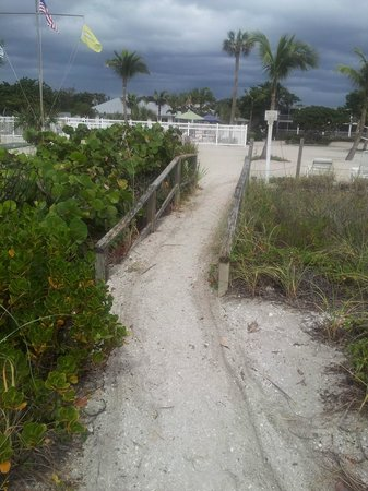 Island Inn: path from beach to Inn