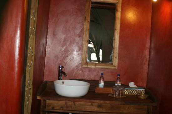 Maweninga Camp: In-suite bathroom
