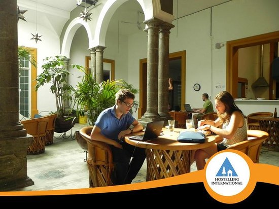Hostel Guadalajara Centro: Giant loft with old-world stone columns