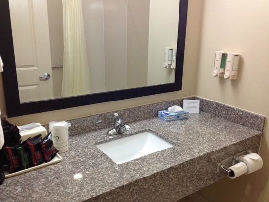 Baymont Inn & Suites Victoria : neat and clean sink area with the reflection of the tub