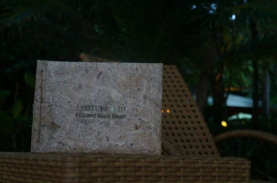 Latitude 10 Beachfront Resort: seating by the Playa Santa Teresa