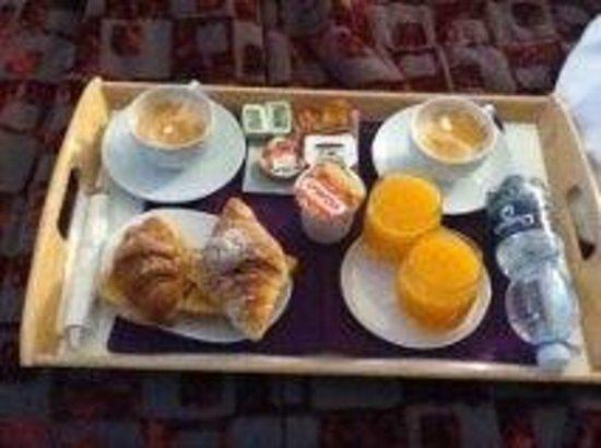 Amor Bed & Breakfast Rome: la colazione in camera...